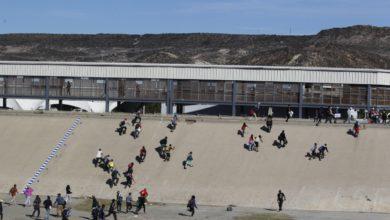 Migrantes cruzan la frontera de EU para su detención
